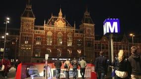 Station de train centrale à Amsterdam la nuit banque de vidéos