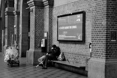 STATION DE TRAIN CENTRALE DE LA VIE NOIRE ET BLANCHE DE TRAVAIL Image libre de droits