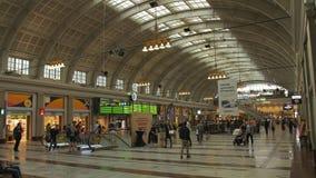 STATION DE TRAIN CENTRALE DE STOCKHOLM - PROMENADE DE PERSONNES DANS LE HALL GRAND banque de vidéos