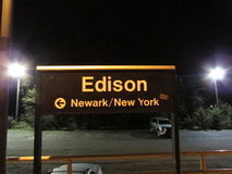 Station de train d'Edison la nuit, Edison, NJ Etats-Unis photo libre de droits