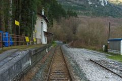 Station de train dans la forêt photos stock