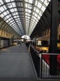 Station de train de KingCross Londres avec Windows rond images stock