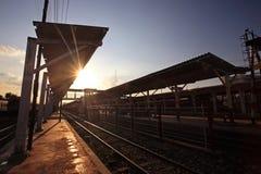 Station de train extérieure contre le faisceau du soleil Photos stock