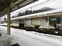 Station de train japonaise dans la neige Photos stock