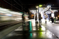 Station de train la nuit Images stock
