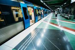 Station de train moderne de métro de Stockholm dans le bleu Photographie stock