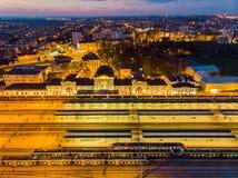 Station de train de Tarnow illumin?e ? la soir?e photos libres de droits