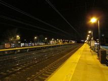 Station de train vide d'Edison la nuit, NJ Etats-Unis photo libre de droits