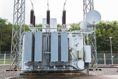Station de transformateur et le poteau à haute tension Image stock