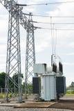Station de transformateur et le poteau à haute tension Photos stock