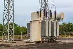 Station de transformateur et le poteau à haute tension Images stock