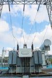 Station de transformateur et le poteau électrique à haute tension Images stock