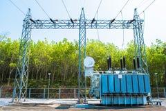 Station de transformateur et le poteau électrique à haute tension Photographie stock