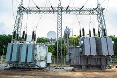 Station de transformateur et le poteau électrique à haute tension Photos libres de droits