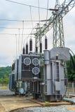 Station de transformateur et le poteau électrique à haute tension Photographie stock libre de droits