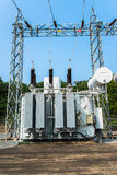 Station de transformateur et le poteau électrique à haute tension Photo stock