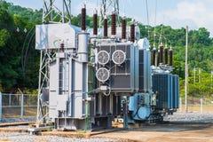 Station de transformateur et le poteau électrique à haute tension Image stock