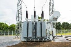 Station de transformateur et poteau électrique à haute tension Image stock
