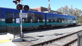 Station de transit de départ d'Escondido de rail de lumière de sprinter en Californie banque de vidéos