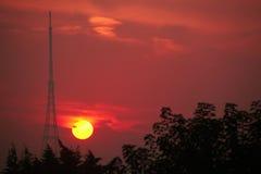 Station de transmission au lever de soleil Photos stock