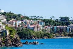 Station de vacances colorée au-dessus de baie bleue profonde photo stock
