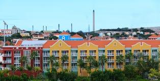 Station de vacances colorée avec le raffinerie de pétrole à l'arrière-plan photographie stock libre de droits