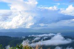 Station de vacances de camping sur les montagnes dans les nuages Photos stock