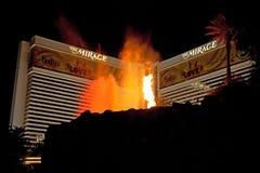 Station de vacances de casino et d'hôtel de mirage sur la bande de Las Vegas la nuit i Images libres de droits