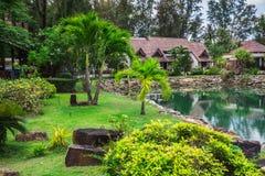 Station de vacances de Klong Prao Cottages sur la baie dans un jardin tropical Photo stock