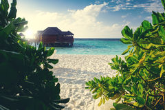 Station de vacances de pavillons de l'eau aux îles photos libres de droits
