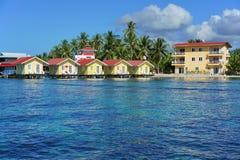 Station de vacances des Caraïbes avec des carlingues au-dessus de l'eau au Panama Photos stock