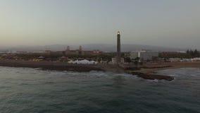 Station de vacances et phare de Maspalomas sur mamie Canaria, aérien banque de vidéos