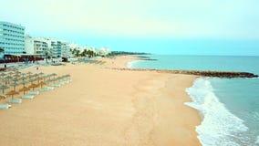 Station de vacances de Quarteira avec la plage sablonneuse large, Algarve, Portugal banque de vidéos