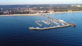 Station de vacances de Sopot, Pologne Pilier en bois avec la marina Vidéo aérienne banque de vidéos