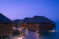 Station de vacances tropicale à l'heure bleue Photos libres de droits