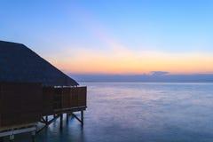 Station de vacances tropicale à l'heure bleue Images libres de droits
