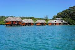 Station de vacances tropicale au-dessus de l'eau avec des pavillons Photo libre de droits