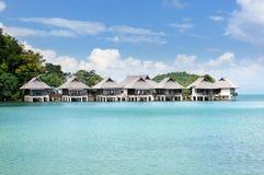 Station de vacances tropicale avec des pavillons sur l'eau au littoral de l'île de Koh Chang, Thaïlande photos libres de droits