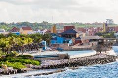 Station de vacances tropicale colorée en le Curaçao image libre de droits