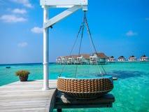 Station de vacances tropicale idyllique avec les huttes et la jetée d'échasse photo stock