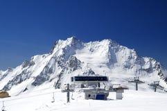 Station der Drahtseilbahn. Skiort. Lizenzfreies Stockfoto
