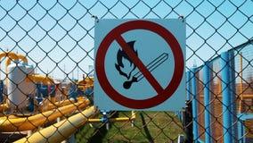 Station der Erdgasverarbeitung und -speichers Warnzeichen, Feuer wird verboten rote Gichtventile der Reihe Die Rohrleitung mit Ab stock footage