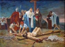 11. Station der quer- Kreuzigung: Jesus wird auf das Kreuz genagelt Stockbild