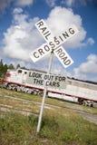 Station des Eisenbahnüberfahrt-Zeichens im Zug draußen lizenzfreie stockfotos