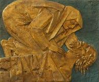 14. Station des Kreuzes, Jesus wird in das Grab gelegt und umfasst im Weihrauch Lizenzfreies Stockfoto