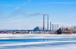 Station des Stroms neben einem gefrorenen Fluss Lizenzfreie Stockfotos