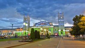 Station du sud, le nom officiel du jour de gare ferroviaire de Kharkov-passager au hyperlapse de timelapse de nuit banque de vidéos