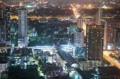 Station et gratte-ciel de lien d'aéroport la nuit à Bangkok Thaïlande Images libres de droits