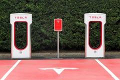 Station et stationnement de surchauffeur de Tesla photographie stock