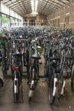 station för cykelparkinjärnväg Royaltyfri Fotografi